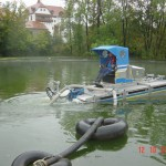 Das Amphibienfahrzeug bei einem Einsatz auf einen Teich. Der Schwerpunkt kann durch Lastverlagerung verändert werden.
