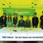 """Die Waldpädagogen Sandra Butz und Nico Winkler vom SDW (Schutzgemeinschaft Deutscher Wald e.V.) mit den Kindern der """"Schule im Sand"""" in Bietigheim."""