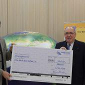 """Klaus Neuhaus (rechts), Vorstandsvorsitzender der NRW.BANK, überreichte einen Scheck über 20.000 Euro an Ulrich Jost-Blome (links) vom Eine Welt Netz NRW e. V. für das """"Eine Welt Mobil""""."""
