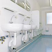 Die ELA Sanitärräume zeigen sich in Größe und Ausstattung flexibel. In der Grundausstattung verfügen die Module über Porzellan-Standardkomponenten wie WCs, Urinale und Handwaschbecken.