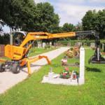 Moderne Friedhofsbagger und -transporter verkürzen die Aushubzeit der Gräber auf ein Minimum.