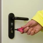 Mit ihrem blueSmart Schlüssel öffnen die Mitarbeiter des Biokraftwerks die Türen. Berührungslos erkennt der Wandleser am Tor das Identmedium. Zum Entriegeln der Innentüren wird der Schlüssel wie ein mechanischer in den Zylinder gesteckt und gedreht. (Foto: Winkhaus)