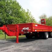 21 Tonnen Gesamtgewicht erreicht dieser Tandem-Tieflader für den Transport von Bohrgerät.
