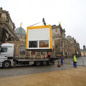 """In insgesamt sieben gelben Containern des Raumspezialisten ELA zeigen sie Kunst- und Kulturinstallationen im Rahmen des Festivals """"Weltoffenes Dresden""""."""
