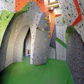 Hier finden Kletterfreunde an rund 1.300 m² Kletter- und Boulderfläche mit unterschiedlichen Schwierigkeitsgraden ihre Herausforderung an der Wand.