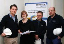 Sicherheit und Umweltschutz haben Vorrang bei SCHORISCH Systems in Reinbek. Das erläutern Serviceleiter Martin Tiews (links) und Sicherheits- beauftragte Kim Rosanowski ihren Kollegen anhand des SCC-Regelwerks. (Foto: k-w)