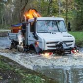 demopark-Neuheit: Hochgeländegängiger Unimog mit Kommunalausstattung für Straßenbetriebsdienst und Hochwasserschutz