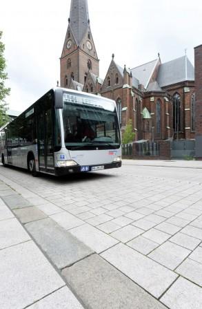 Gepflasterte Busspur hält (Foto: Michael Zapf)