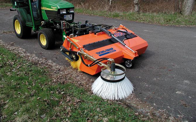 Kehrmaschine »KOMPAKT« mit hydraulisch angetriebenem, einstellbarem Seitenkehrbesen für randnahes Kehren.