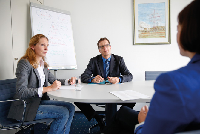 Ingo Hannemann, Prokurist Geschäftsbereich Technik Energie-Wasser-Abwasser, und Daniela Fiege, Leiterin Bauüberwachung Entwässerungsnetze/-anlagen der Stadtwerke Osnabrück AG.