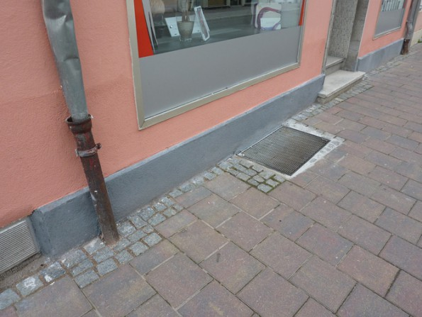 Das Putzsystem EXZELLENT ist auch für die Instandsetzung von Gebäudeaußenwänden geeignet. Der Vorher-Nachher-Vergleich zeigt einen Sockelbereich, auf welchen EXZELLENT appliziert wurde.