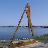 Den Flößer am Ufer der Müritz haben die Stahlbauer von SCHORISCH Magis nach dem Entwurf von Roman Peter aus COR-TEN B geschaffen. (Foto: SCHORISCH Gruppe)