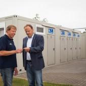 Regionalmanager Karsten Klatte übergibt den Schlüssel an Klaus Reiners, Platzwart des wohl größten Campingplatz Deutschlands.