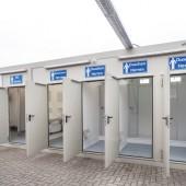 Der neun Meter lange Sanitärcontainer ist robust, pflegeleicht und komplett mit Duschen, WCs und Waschbecken ausgestattet.