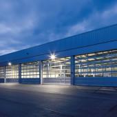 Mirona QXS LED: Die kompakte Hallenspiegelleuchte sorgt mit hohem Sehkomfort für mehr Arbeitssicherheit und Wohlbefinden.