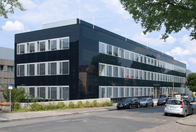GebäudemitCIGS FotoManzAG1 - Wettlauf der Solarstrom-Technologien: Dünnschicht-Photovoltaik holt auf