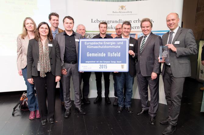 Umweltminister Franz Untersteller (zweiter von rechts) übergibt das eea-Ortsschild an Bürgermeister Thomas Knödler (ganz rechts) und das Ilsfelder Energieteam. (Foto: Martin Stollberg)