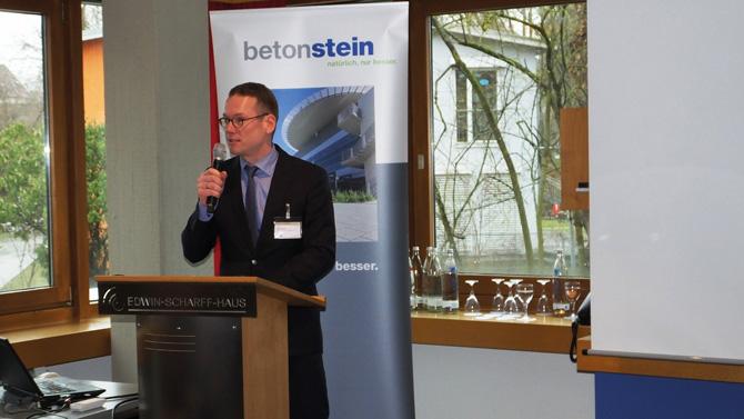 Der SLG-Vorsitzende, Dipl.-Kfm. Florian Klostermann, begrüßte rund 120 Teilnehmer zum Podium 2 der diesjährigen Ulmer BetonTage (Foto: SLG)