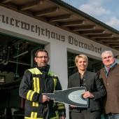 blueCompact von Winkhaus sichert die Feuerwache in Oberaudorf. Darüber freuen sich nicht nur (von links) Rainer Mager, Heidi Oswald und Winkhaus Objektberater Michael Niedermüller.