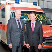 Leonhard Stärk, Geschäftsführer des Bayerischen Roten Kreuz, und Joachim Schlereth, Vertriebsdirektor Mercedes-Benz Nutzfahrzeuge Bayern, bei der symbolischen Schlüsselübergabe (v.l.n.r.).