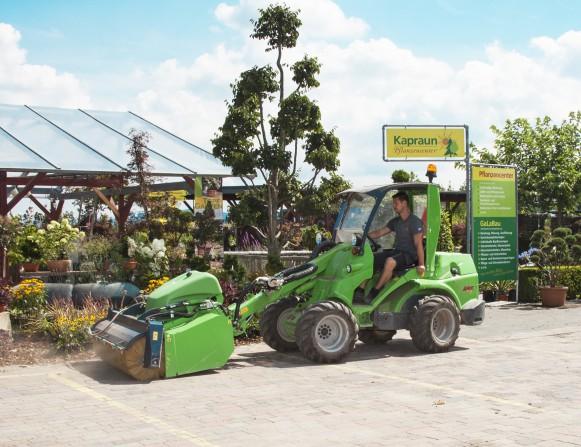 1 AVANT Kapraun Kehrmaschine - AVANT Multifunktionslader - Allrounder im Pflanzen- und Gartencenter Kapraun