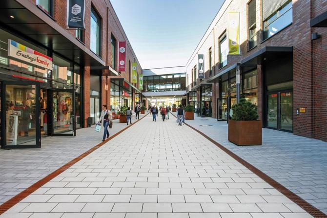 Wie über einen Teppich laufen die Besucher des Forums Gummersbach. Das Einkaufszentrum entstand im Zuge der Neubebauung der Industriebrache Steinmüller. (Foto: BERDING BETON)