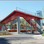 """""""Der rote Blitz"""" – Fußgängerbrücke mit behindertengerechten Aufzügen. (Fotos: Tiefbauamt der Stadt Karlsruhe)"""
