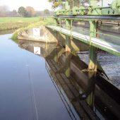 Stahlkonstruktion der Wehranlage War mit drei Wehrfeldern und flankierender Straßenbrücke