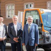 V.l.: David Lindner (Marketing & Export), Geschäftsführer Stefan Lindner und Geschäftsführer Hermann Lindner mit dem neuen Unitrac 112 LDrive in der Rattenberger Altstadt