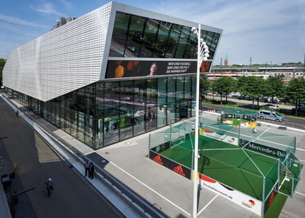 Ein Minispielfeld auf dem Vorplatz des 2015 eröffneten Deutschen Fußballmuseums in Dortmund