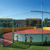 Kleinspielfelder gibt es nicht nur mit Kunstrasenoberfläche – auch ein stoßdämpfender und pflegeleichter Kunststoffbelag ist möglich. Wie hier in der Kita Zwergenhaus in Beckum.