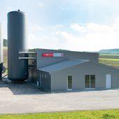 Wärme zu 100 Prozent aus erneuerbaren Energien: Die Heizzentrale des Bioenergiedorfs Wettesingen mit Pelletsilo und Heizwasser-Pufferspeicher.