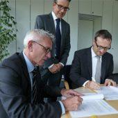 v.l.n.r.: Dr. Matthias Schuster (Vivento), Christian Treffkorn (Vivento), Dr. Kay Ruge (Deutscher Landkreistag) Copyright: Deutscher Landkreistag