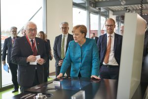 Viessmann 2017 011 300x200 - Bundeskanzlerin Merkel bei Eröffnung des Viessmann-Technikum