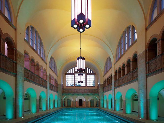 Beleuchtungsprobe der historischen Schwimmhalle zur Inbetriebnahme (Foto: Julia Katerji)