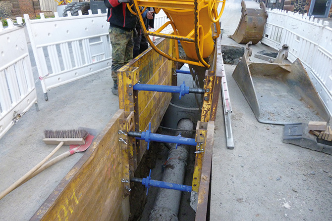 Nach dem Abbinden der ersten Schicht Flüssigboden kann der Graben komplett verfüllt werden. (Fotos: Funke Kunststoffe GmbH)
