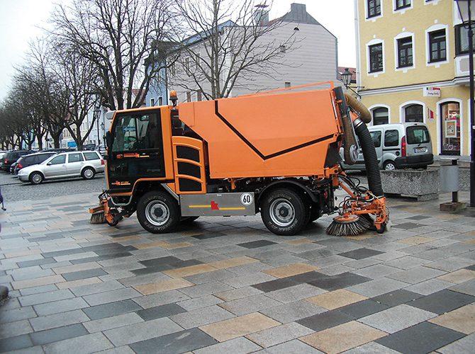 kd174 kiefer 670x500 - Straßen- und Gehweg-Reinigung mit BOKIMOBIL Kommunalfahrzeug