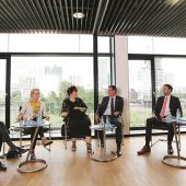 Diskussion vor Frankfurter Hochhauskulisse: (v.li.) Dr. Thomas Hain, Martina Feldmayer, Moderatorin Heike D. Schmitt, Axel Gedaschko, Dr. Axel Tausendpfund und Jan Schneider. (Foto: UG NHWS / Thomas Rohnke)
