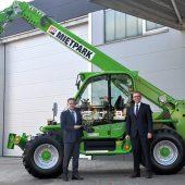Henrich Clewing (Geschäftsführer Merlo Deutschland) übergibt den Merlo Nr. 14.000 in Dortmund an Frank Seidler (Geschäftsführer HKL)
