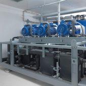 Eine 440 kW Wärmepumpe sorgt in der Heizzentrale in Dollnstein für die temperaturtechnische Aufbereitung des Grundwassers auf Heizungsniveau.