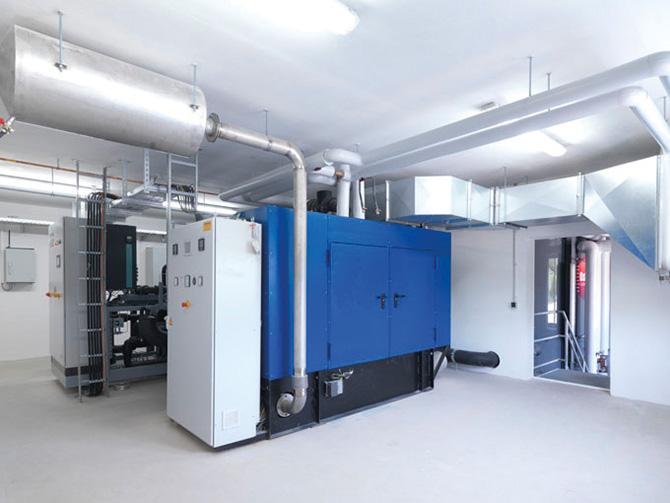 Reicht in den sonnenärmeren Monaten die über die Solarthermie-Anlage erzeugte Energie nicht aus, kommt zusammen mit der Grundwasser-Wärmepumpe ein Gas befeuertes Blockheizkraftwerk mit 250kW thermischer und 150 kW elektrischer Leistung zum Einsatz – ebenfalls Bestandteil der Heizzentrale.
