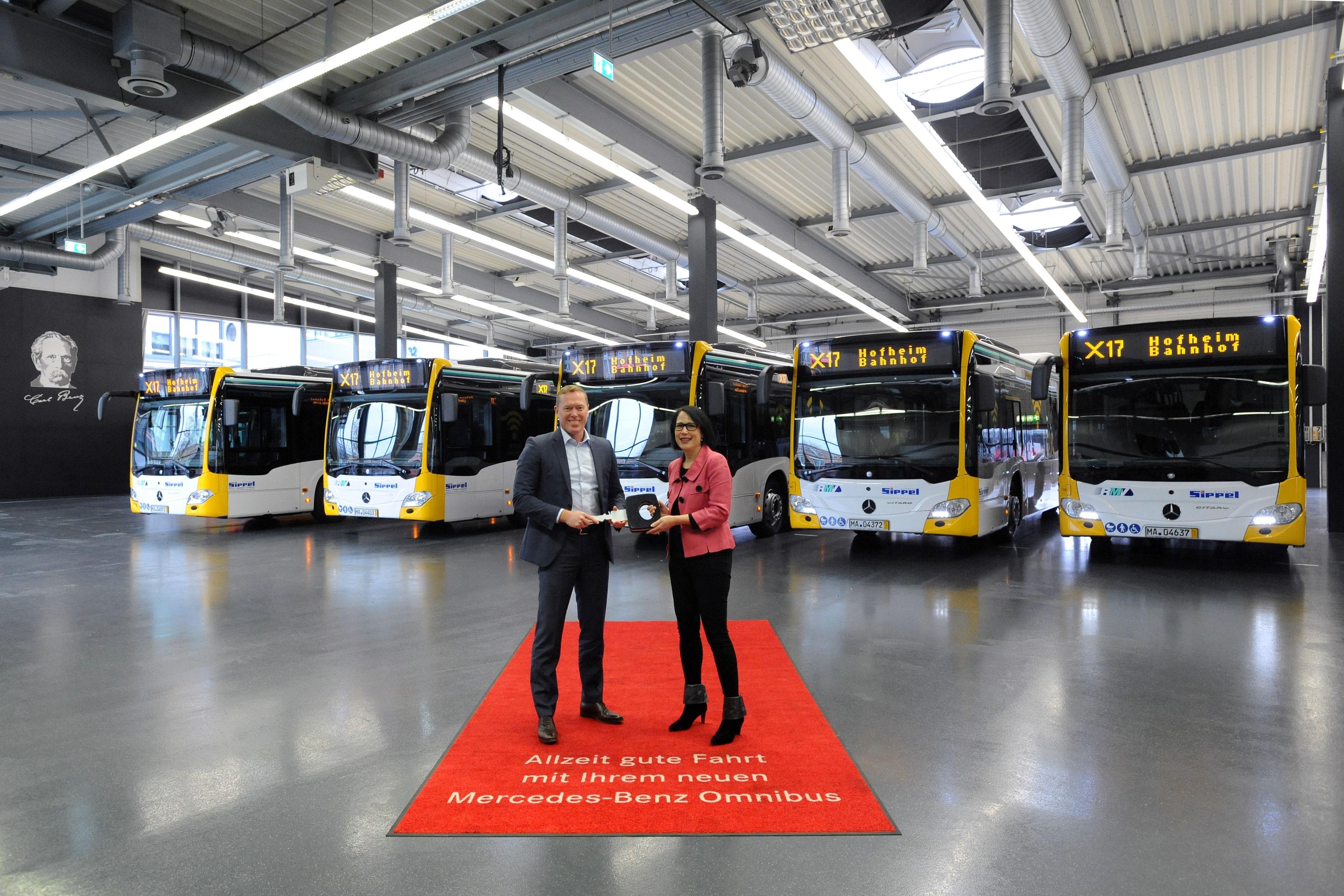 17C1005 - Fünf neue Stadtbusse für Frankfurter Schnellbuslinie