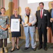 """Preisverleihung: Wolfgang Endrich, Geschäftsführer euroLighting (4. v. li.), erhielt von seiner Laudatorin Claudia Gläser, Präsidentin der IHK Nordschwarzwald (3. v. li.), die Auszeichnung in der Kategorie """"Nachhaltigkeit des Produktes"""" verliehen."""