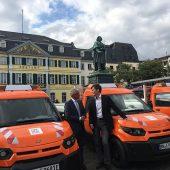 Bonns Oberbürgermeister Ashok Sridharan und StreetScooter-CEO Prof. Dr. Achim Kampker bei der Übergabe der Fahrzeuge auf dem Bonner Münsterplatz