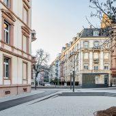 Mit Betonpflaster befestigter Bereich hinter dem Hochbahnsteig Musterschule in Frankfurt/M. (Foto: Moritz Bernoully)