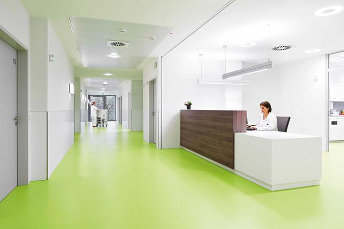 Im Katholischen Klinikum Mainz schaffen Kautschukböden in einem frischen Grün eine positive Atmosphäre. (Copyright: Markus Bachmann)
