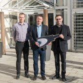Winkhaus Key Account Manager Günther Zimmer (Mitte) übergibt den symbolischen blueSmart Schlüssel an die Geschäftsleitung des Parkwohnstifts, Helmut Schaitl (rechts), und den Leiter vom technischen Dienst, Michael Wölfl.
