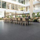 In der Hogeschool Rotterdam sorgt noraplan unita mit seinen echten Granitsplittern für ein klares, puristisches Design. (Copyright: Beeldwerken / Christian Reijnoudt)