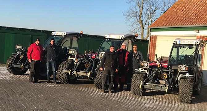 Das NLWKN in Norden hat im Frühjahr 3 neue Sauerburger Grip4 erhalten, die rechtzeitig vor der Saison ausgeliefert wurden.Von links nach rechts: Dirk Schütt (Sauerburger), Ingo Harms (Betriebshofleiter NLWKN), Bruno Koptein (Schlosser NLWKN), Dieter Lorenz (Fahrer NLWKN), Vincent Buecher (Sauerburger)
