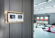 """Um das neue Heizungsregelungssystem """"Wiser"""" von EBERLE Controls vor unbefugtem Zugriff zu schützen, sind die Raumthermostate in einem abschließbaren Kasten untergebracht. Für die bessere Sichtbarkeit wurde die Abdeckung hier vorübergehend entfernt."""